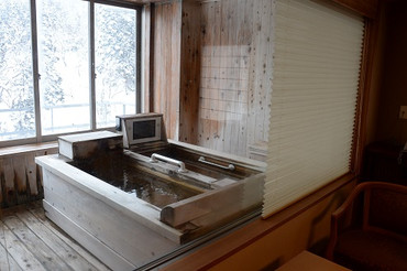 ツアー、一日目のお宿は、銀山温泉の銀山荘 お部屋には、プライベート半露天寝湯。 ライトアップされた銀山川を眺めながら、贅沢なひととき、、、